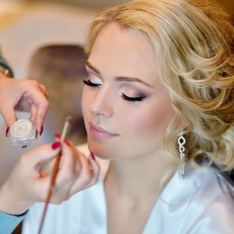 The wedding day with the makeup artist