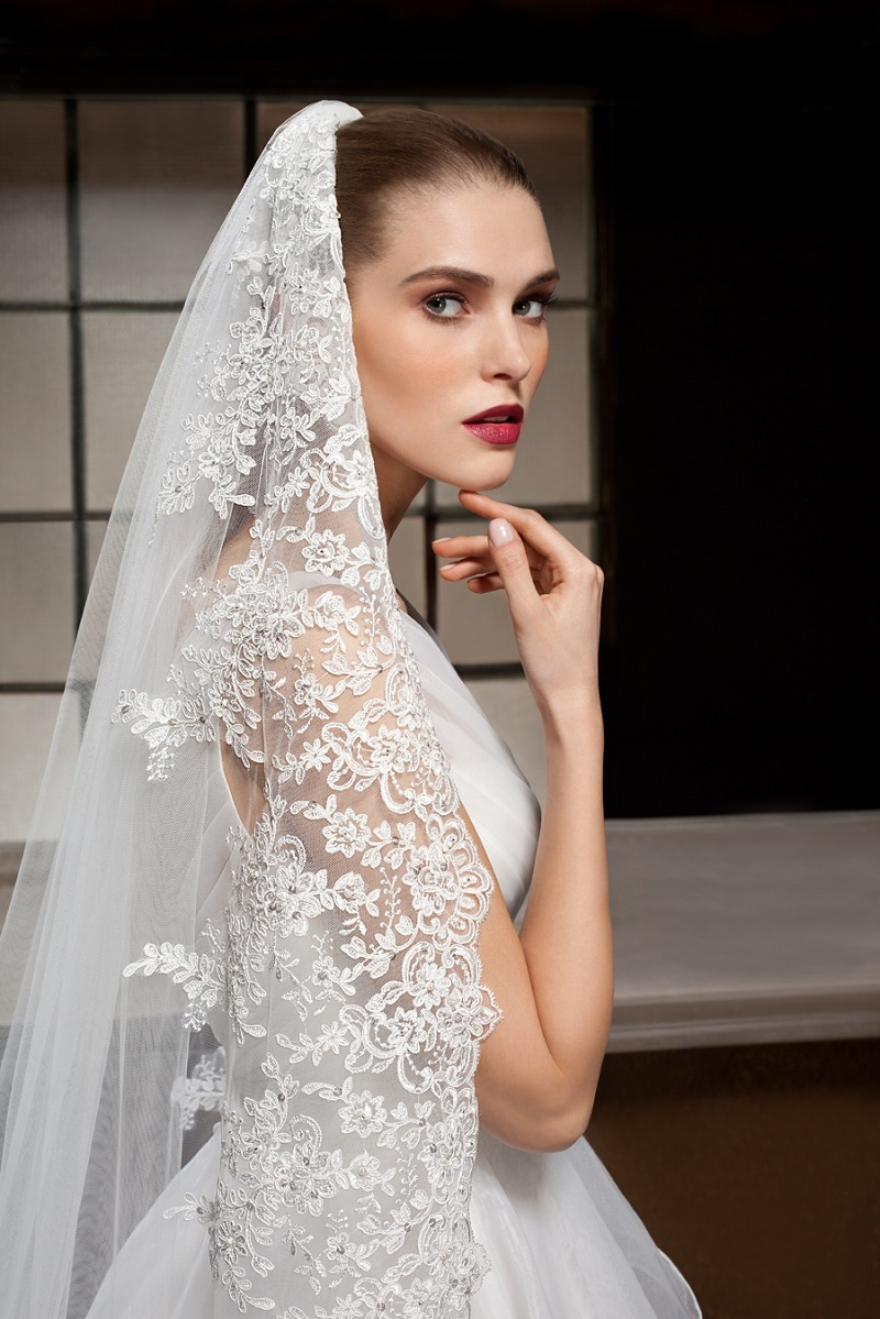 Bridal veil in Spanish mantilla style